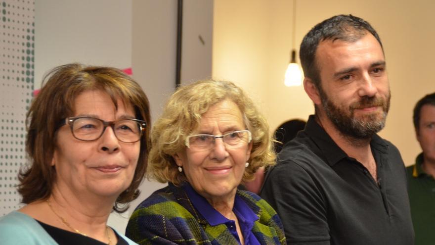 Carmena, en el centro, con Inés Sabanés y Nacho Murgui.