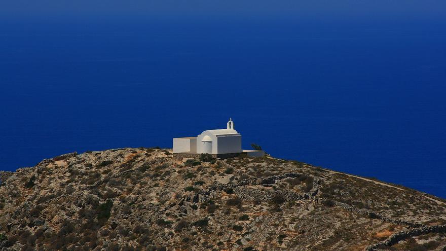 Una ermita frente al mar. Una de las muchas postales de Folegandros.