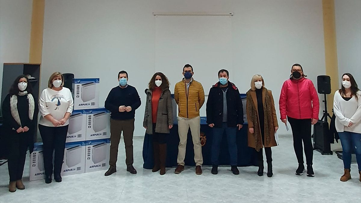 Entrega de purificadores con filtros HEPA a los centros educativos en Peñarroya-Pueblonuevo.