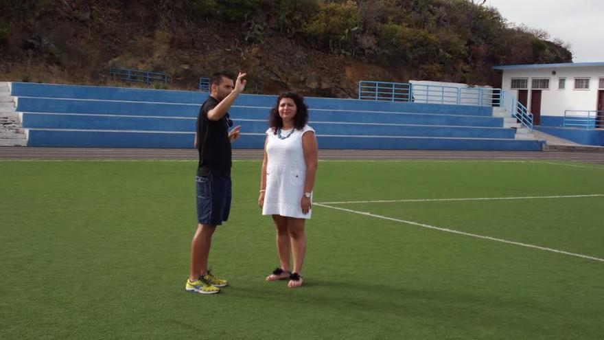 Foto de archivo de una visita al campo de fútbol de Mazo acompañada por Omar Fumero, número tres al Ayuntamiento.