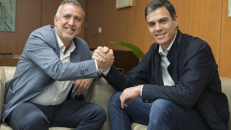 Ángel Víctor Torres junto a Pedro Sánchez