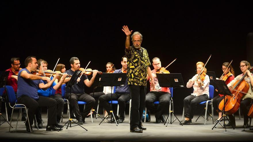 Fernando Palacios dirigiendo la orquesta.