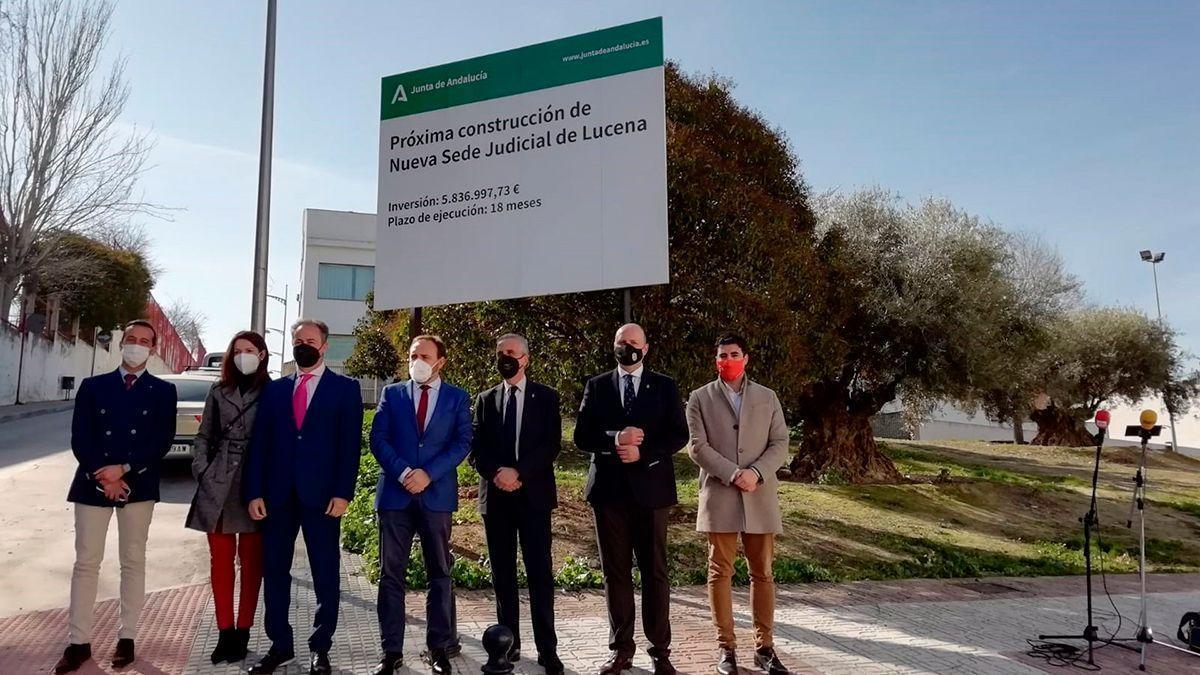 Autoridades junto al solar para la nueva sede judicial en Lucena.