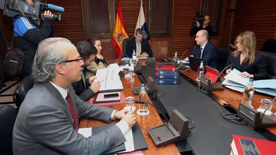 El presidente del Gobierno de Canarias, Pedro Clavijo (c), y los consejeros durante la reunión del consejo de gobierno, celebrada hoy en Las Palmas de Gran Canaria.