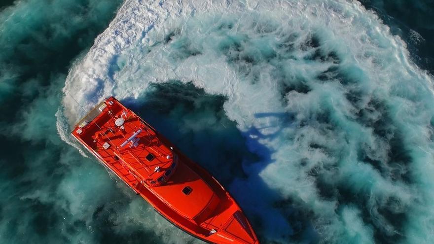 Rescatados un cadáver y otras 13 personas de dos pateras, una de ellas hundida, en aguas del Estrecho