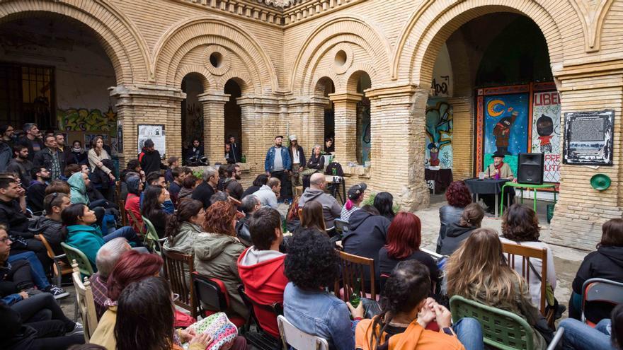 Lucio Urtubia impartiendo una conferencia en el Centro Social Okupado Kike Mur de Zaragoza.