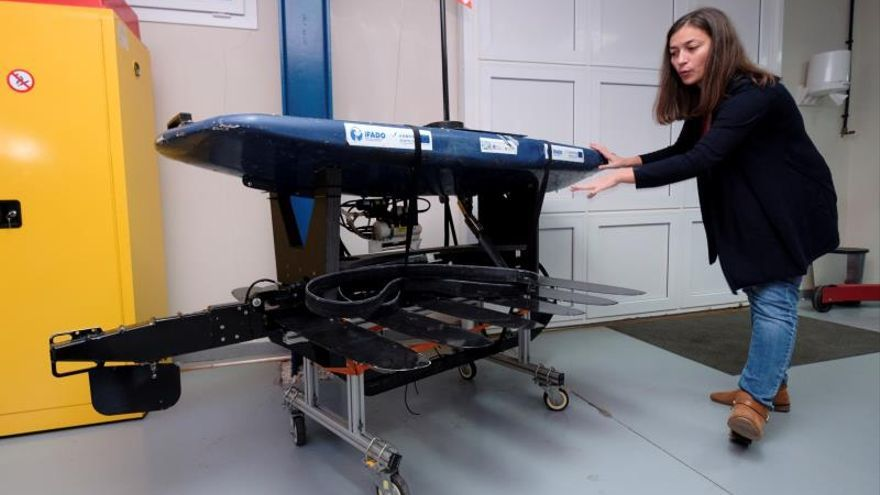 """La ingeniera de Robótica de la Plataforma Oceánica de Canarias (Plocán), Tania Morales, muestra el """"wave glider"""" (un robot que navega por la superficie impulsado por la energía de las olas) que ha recorrido en los dos últimos meses 2.000 kilómetros entre los archipiélagos de Azores, Madeira y Canarias recopilando datos sobre el océano, los cetáceos y el ruido del tráfico marítimo."""