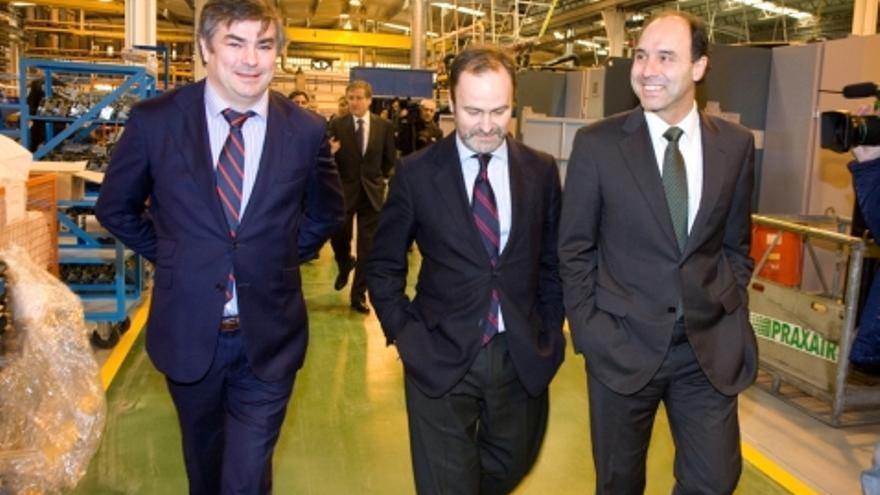 Ignacio Diego, Andrés de León y Jesús Lavín, durante la visita a Nestor Martin tras la puesta en marcha de la fábrica.