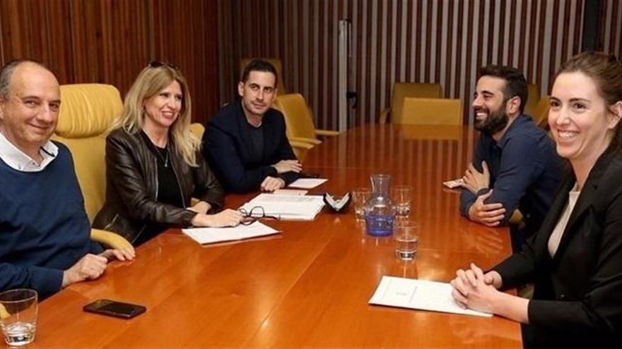 Un moment de la reunió mantinguda entre els socialistes i Nerea Belmonte