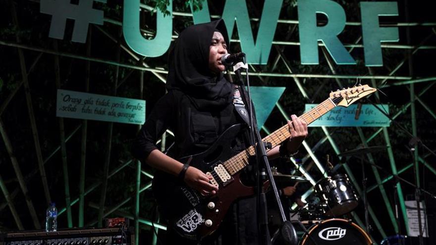 """Adolescentes musulmanas rompen estereotipos con una banda """"heavy metal"""" indonesia"""