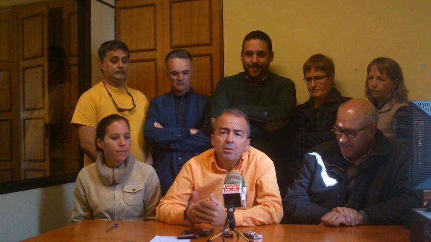 Paco Déniz junto a Mena (d) y otros miembros de Sí se puede.