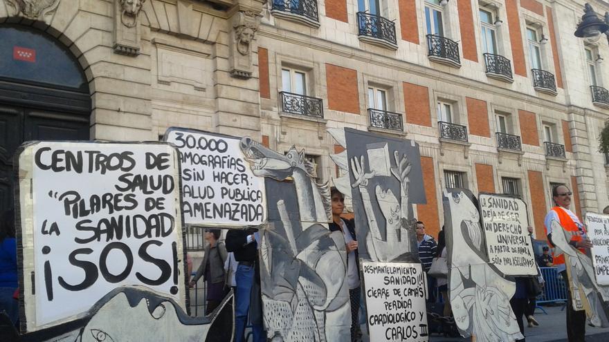 La 'marea blanca' enfrente de la sede del Gobierno regional de la Comunidad de Madrid