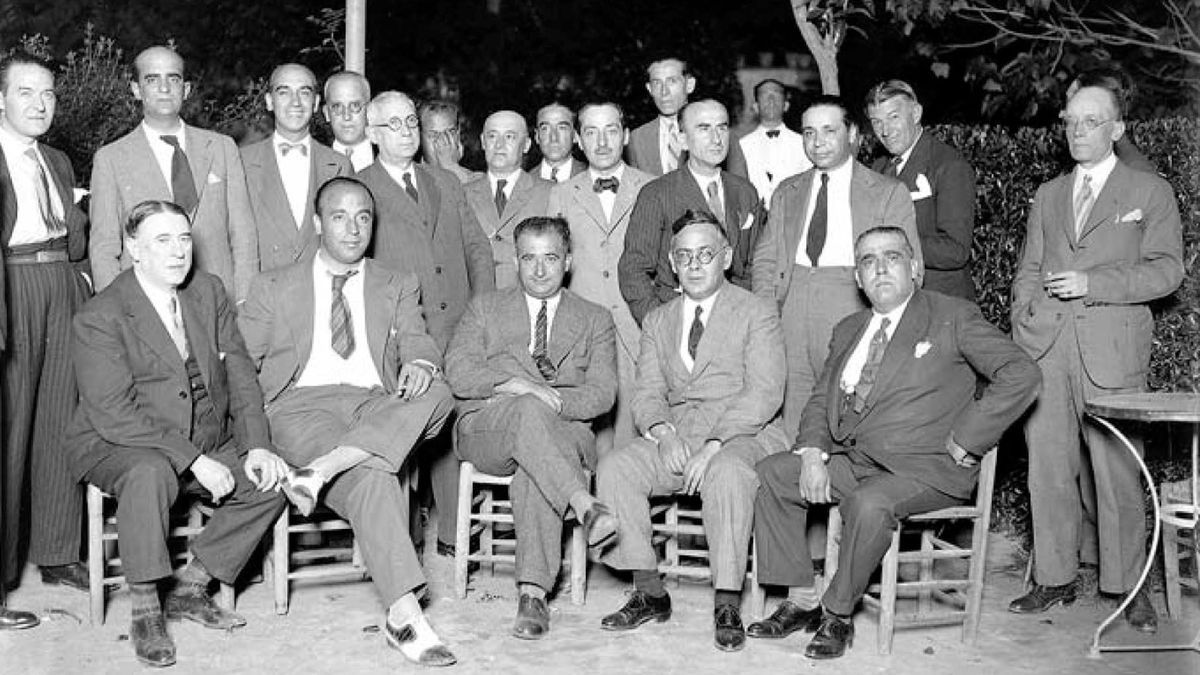 Ramón Franco, sentado en el centro del grupo, con Blas Infante a su izquierda.