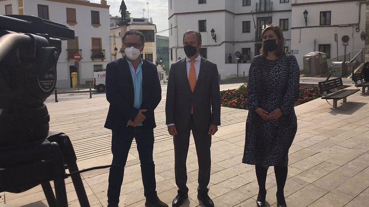 El delegado territorial accidental de Regeneración, Justicia y Administración Local, Ángel Pimentel (centro), en su visita a Baena.