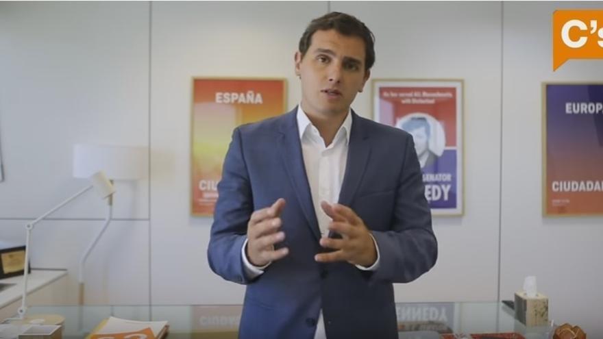 """Rivera dice a los afiliados que C's cambia de postura sobre la investidura de Rajoy porque es """"realista y práctico"""""""