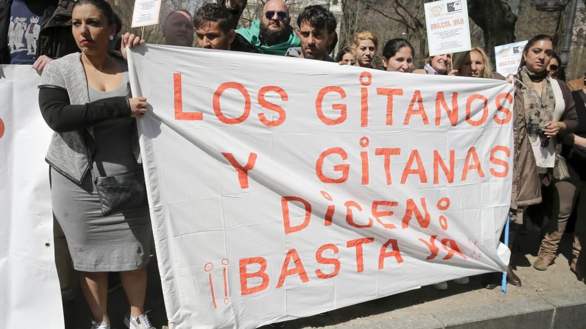 Protesta de la Unión Romaní y el Movimiento contra la Intolerancia frente a la sede de la Comisión Europea en Madrid para lamentar la gitanofobia, con motivo de la celebración del Día internacional del pueblo gitano, en 2016.