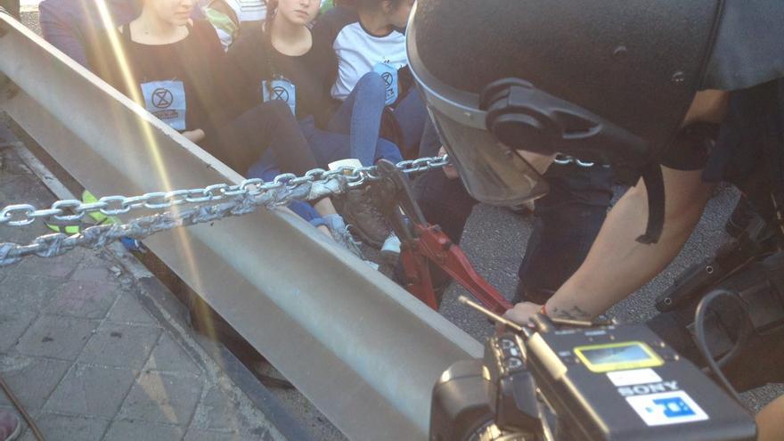 La policía ha procedido a cortar las cadenas que impedían la circulación en el puente.