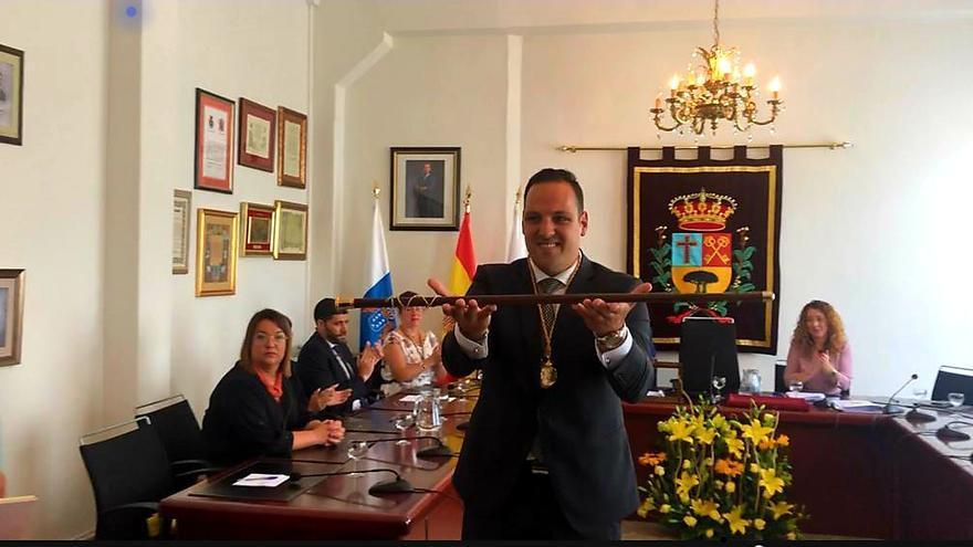 Jonathan Felipe con el bastón de Breña Alta.