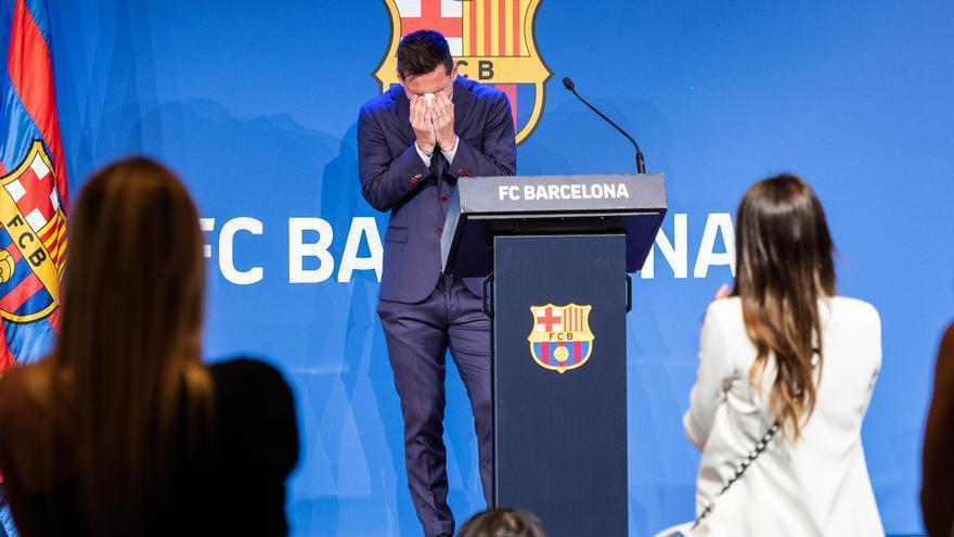 Leo Messi durante la rueda de prensa, aplaudido por Antonella y sus hijos