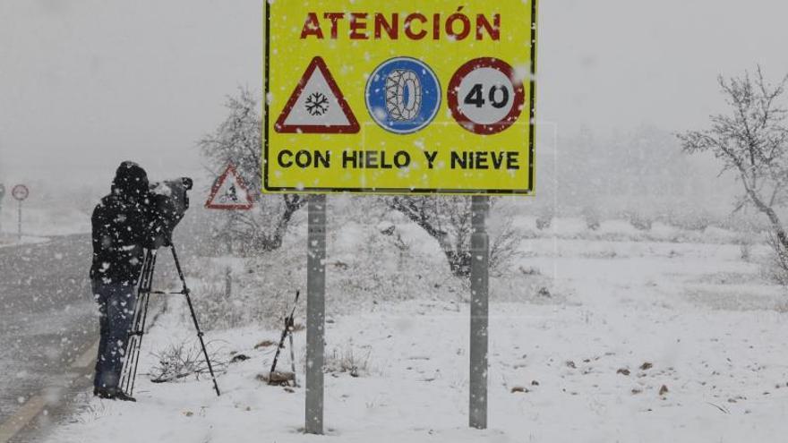 La DGT pide no conducir de noche ante el temporal de nieve que se extiende al norte