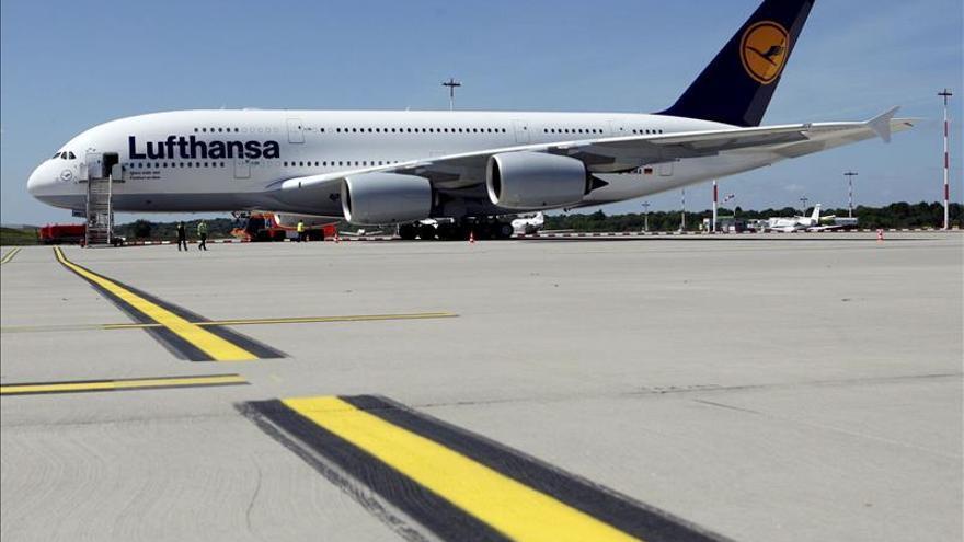 Las agencias de viaje rechazan el suplemento de 16 euros por billete de Lufthansa