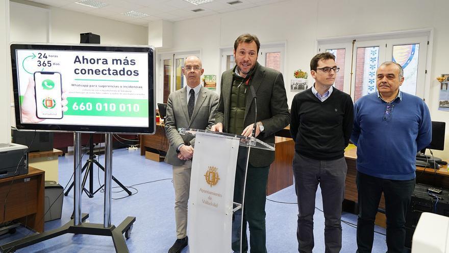 El alcalde de Valladolid presenta el nuevo WhatsApp municipal.