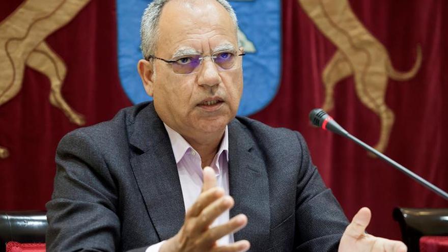 El diputado regional de la Agrupación Socialista Gomera, Casimiro Curbelo, durante su comparecencia en el Parlamento