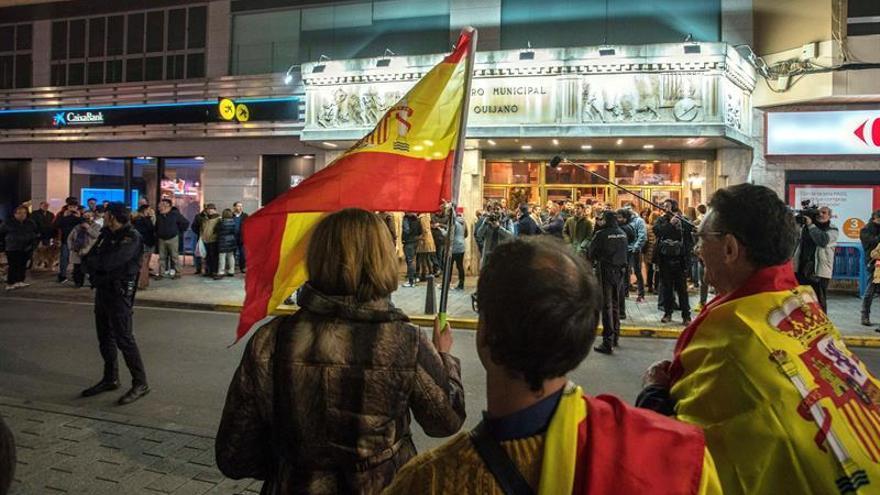 Unas setenta personas han protestado frente a las puertas del Teatro Quijano por el espectáculo de Dani Mateo.