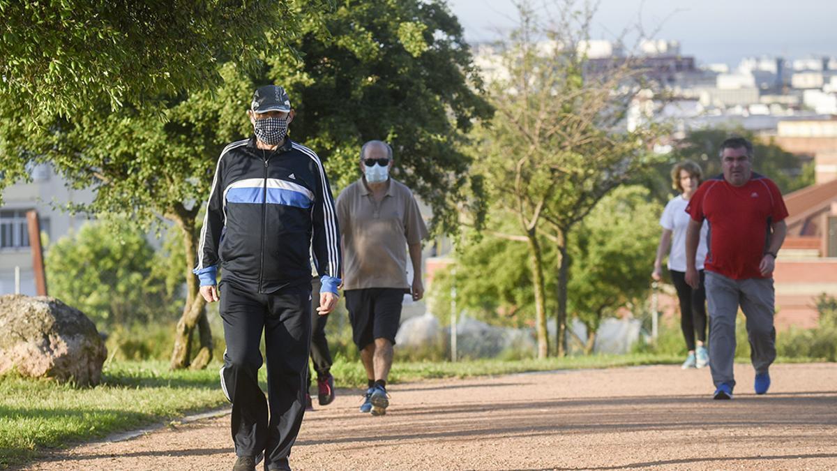 Dos hombres pasean por el Parque de La Asomadilla con mascarilla