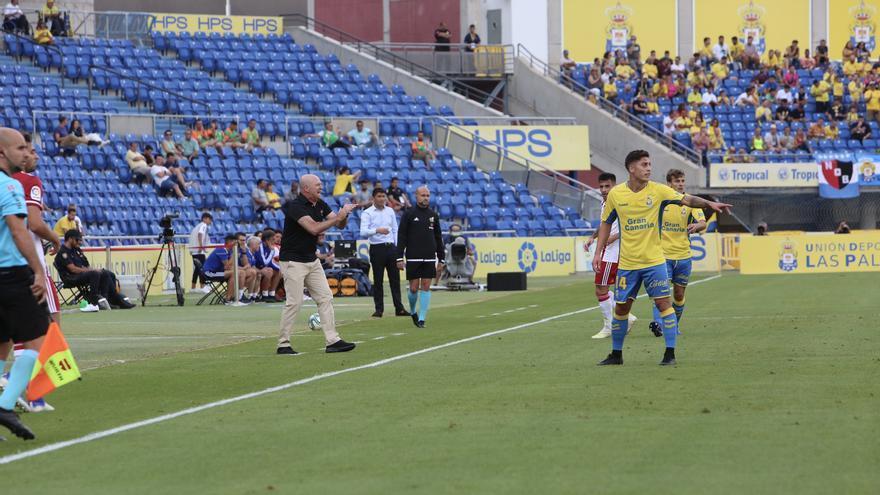 Pepe Mel en la banda del Estadio de Gran Canaria durante el partido Las Palmas-Almería.