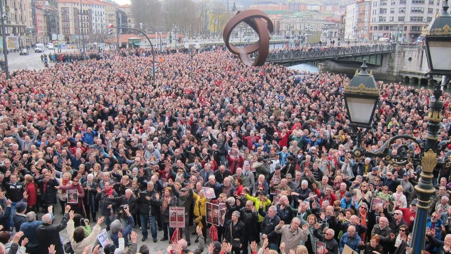 """Cientos de pensionistas vizcaínos se concentran en Bilbao y llaman a """"colapsar"""" la ciudad en la marcha del sábado"""