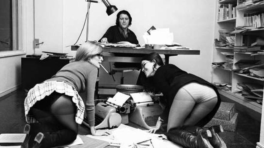 Jorge Herralde con sus secretarias, Coral Majó y Anna Bohigas (Colita, 1970)