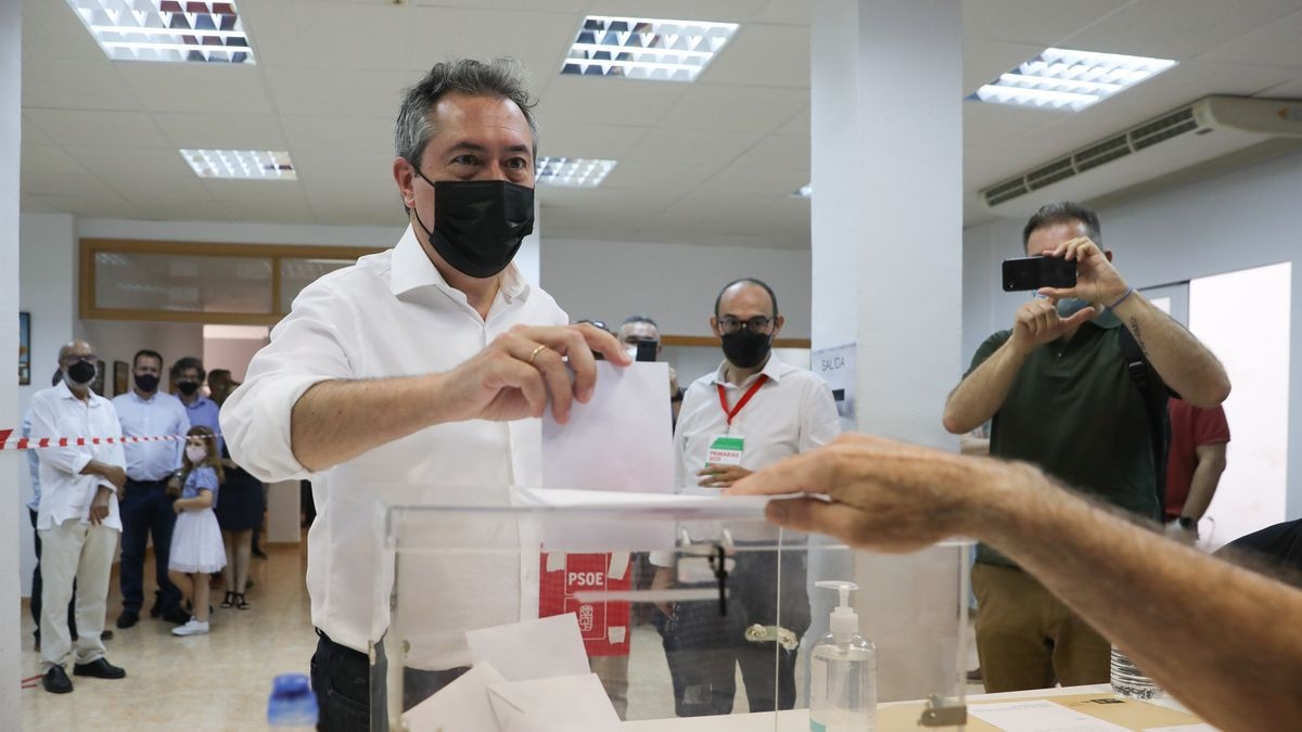 El alcalde de Sevilla, Juan Espadas, vota en las primarias del PSOE-A en las que aspira a convertirse en el candidato del partido a la Presidencia de la Junta en las próximas elecciones autonómicas