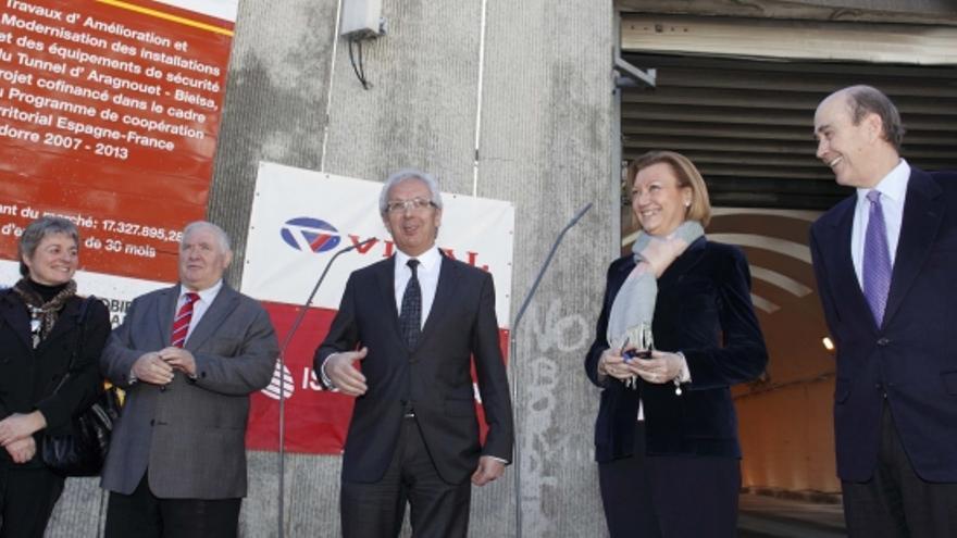 La expresidenta Luisa Fernanda Rudi y, a su derecha, su consejero de Obras Públicas, Rafael Fernández de Alarcón.