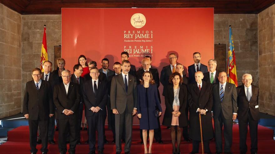 Los reyes junto a autoridades valencianas y los galardonados con los premios Jaume I de 2016