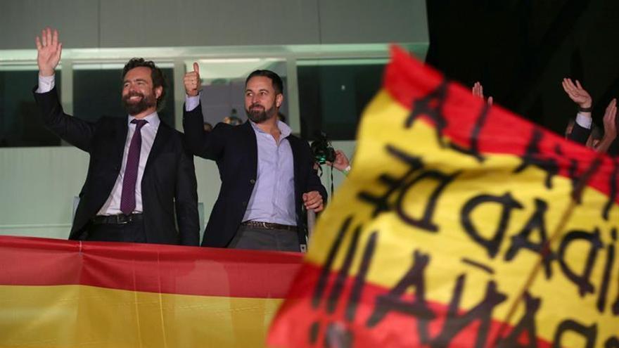 El presidente de Vox, Santiago Abascal (d), y el portavoz en el Congreso de Vox, Iván Espinosa de los Monteros (i).