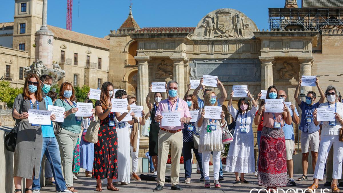Protesta de guías turísticos en el Puente Romano