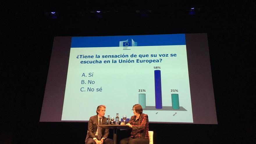 El ministro De la Serna y la comisaria Bulc, en el coloquio con ciudadanos en Madrid en el que fueron interpelados sobre Angrois