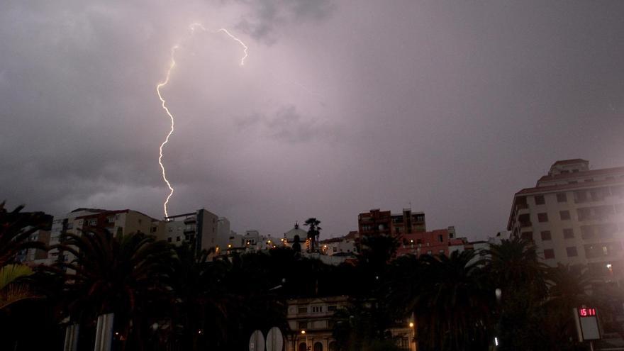 Uno de los numerosos rayos, este martes, sobre Santa Cruz de La Palma. Foto: JOSÉ AYUT.