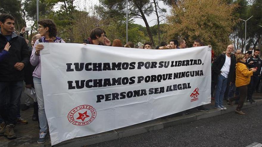 Protesta en apoyo de los inmigrantes en el centro de extranjeros de Aluche
