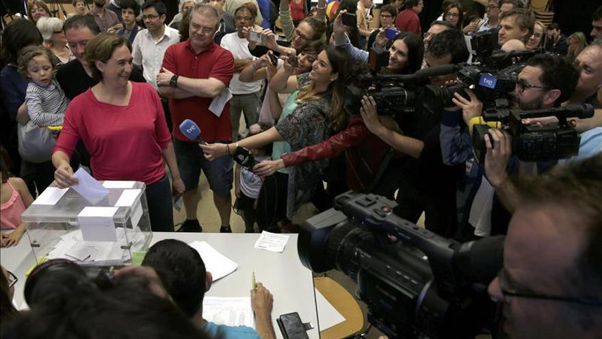 Ada Colau ganaría en Barcelona con 10-12 concejales, según el sondeo de TV3