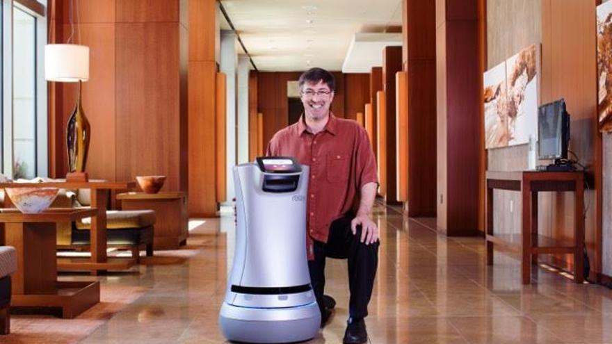 Steve Cousins con Relay, el robot servicial para hoteles