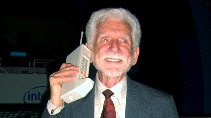 El presidente de Motorola, Martin Cooper, sujeta el DynaTAC, el primer móvil de la historia (Foto: Wikimedia Commons)
