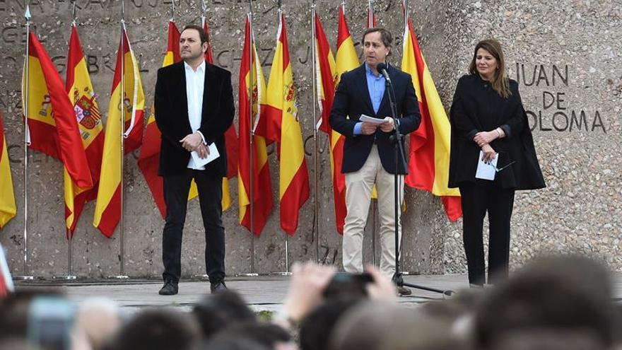 Los periodista Carlos Cuesta, María Claver y Albert Castillón leen el manifiesto en la concentración en Colón.