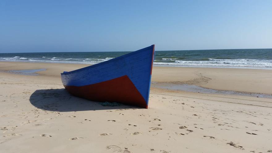 La patera, varada en la costa onubense desde ayer.