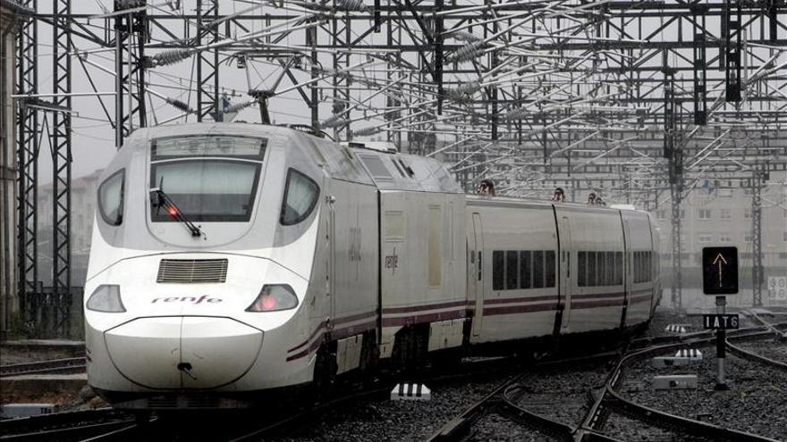 Un tren a su paso por la estación de Santiago de Compostela.