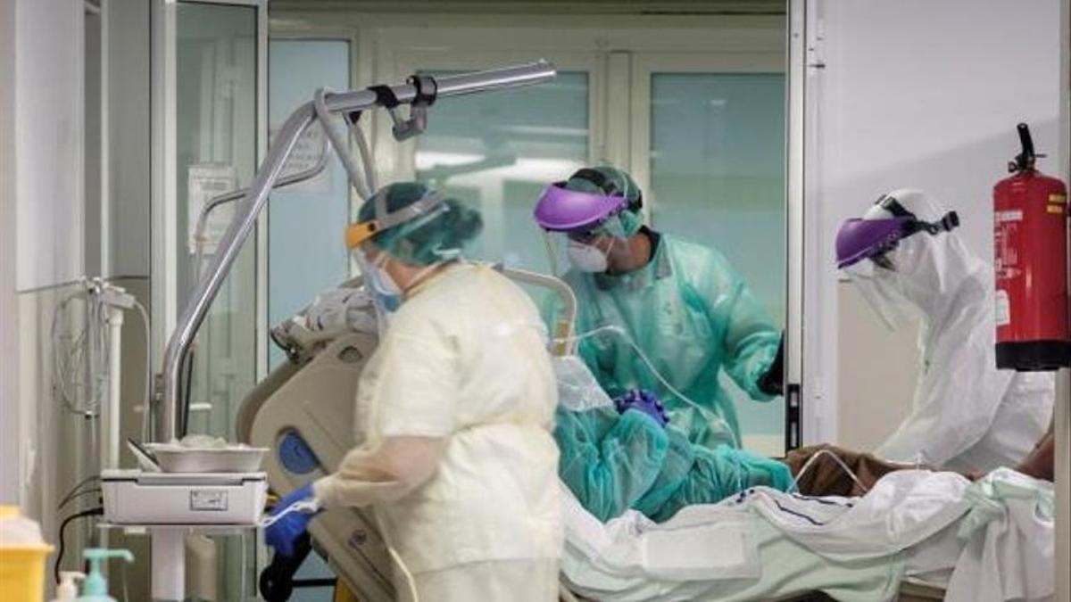 Personal sanitario atiende a un paciente con COVID-19