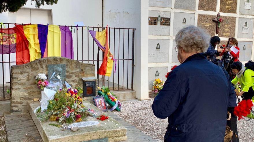 El hispanista Ian Gibson poco antes de lanzar un clavel rojo sobre la tumba de Antonio Machado