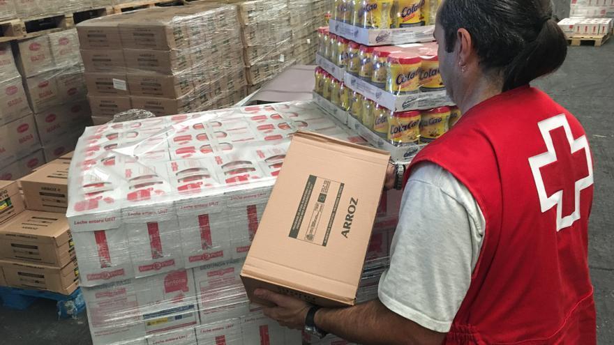 Un  voluntario de Cruz Roja prepara la distribución de los alimentos llegados del Programa de Ayuda Alimentaria. Foto de archivo (Cruz Roja/Luis Camejo).