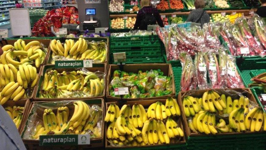 Plátano de Canarias y 'banana' procedente de terceros países, en un establecimiento comercial español